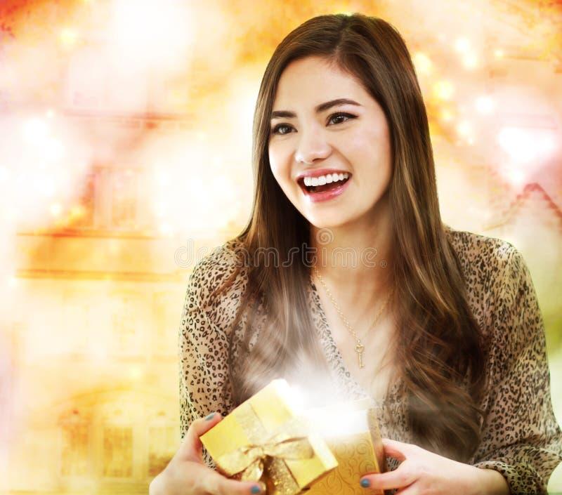 Meisje dat een Doos van de Gift opent stock afbeelding