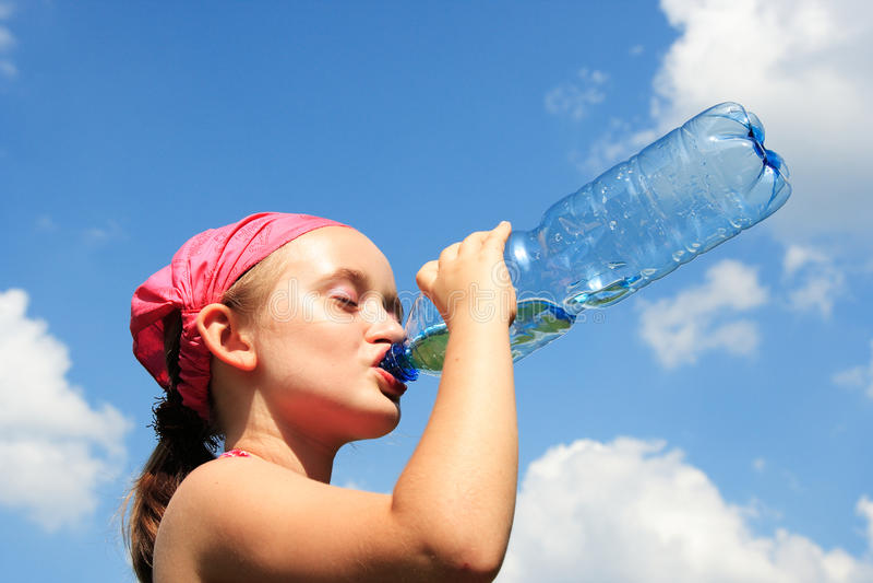 Meisje dat een dorstige drank neemt stock foto's