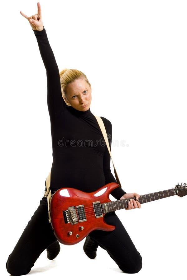 Meisje dat een elektrische gitaar op haar knieën speelt royalty-vrije stock fotografie