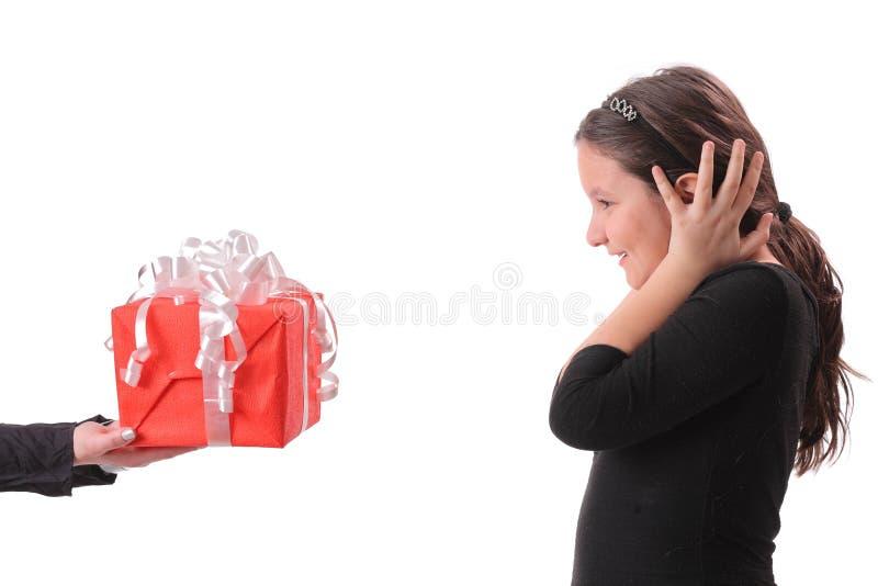 Meisje dat een gift ontvangt royalty-vrije stock afbeeldingen