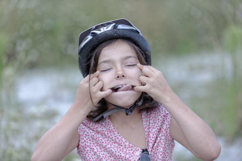 Meisje dat een grappig gezicht trekt stock foto's