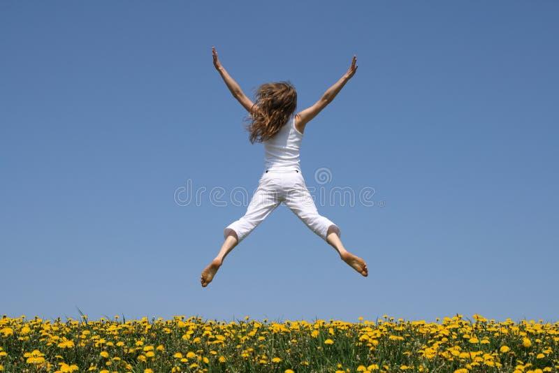 Meisje dat in een grappige sprong vliegt stock fotografie