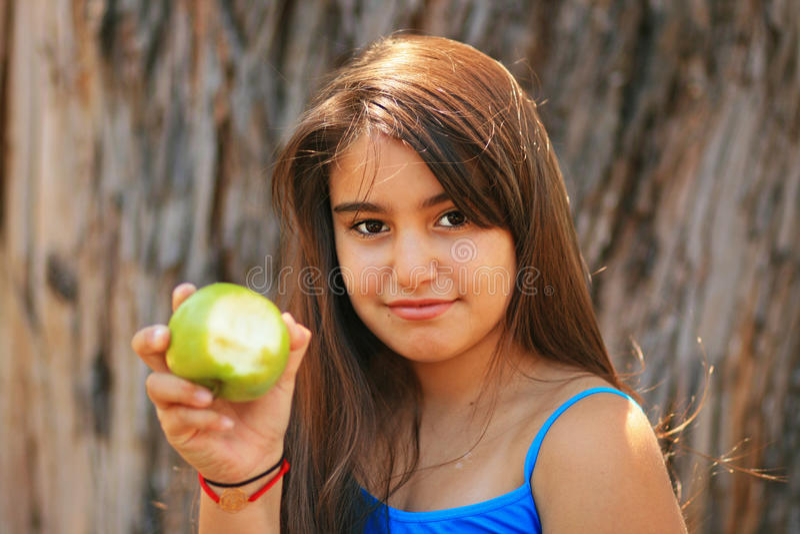 Meisje dat een groene appel eet stock fotografie