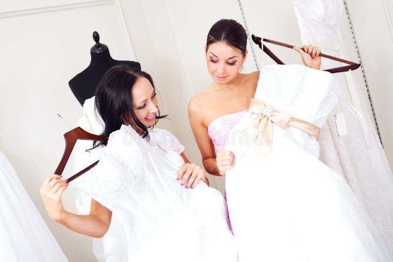 Meisje dat een huwelijkskleding kiest royalty-vrije stock foto