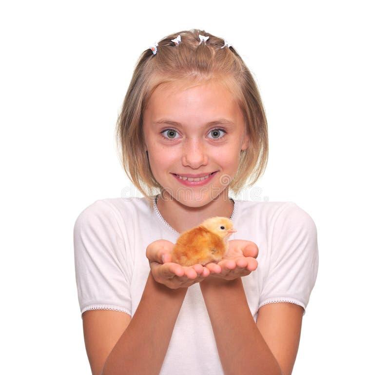 Meisje dat een Kuiken van de Baby houdt stock afbeelding