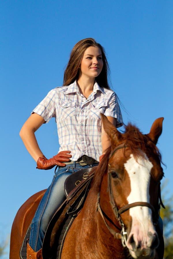 Meisje dat een paard berijdt stock foto