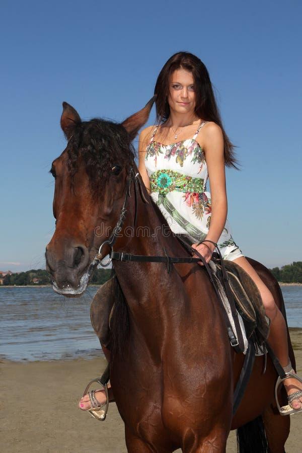 Meisje dat een paard berijdt stock afbeeldingen
