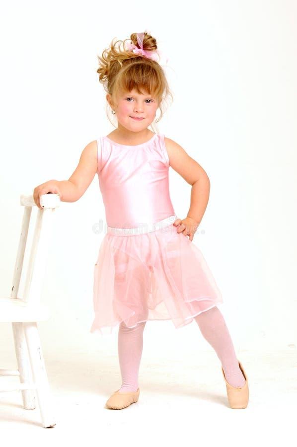 Meisje dat een roze balletuitrusting en een dans draagt royalty-vrije stock afbeelding