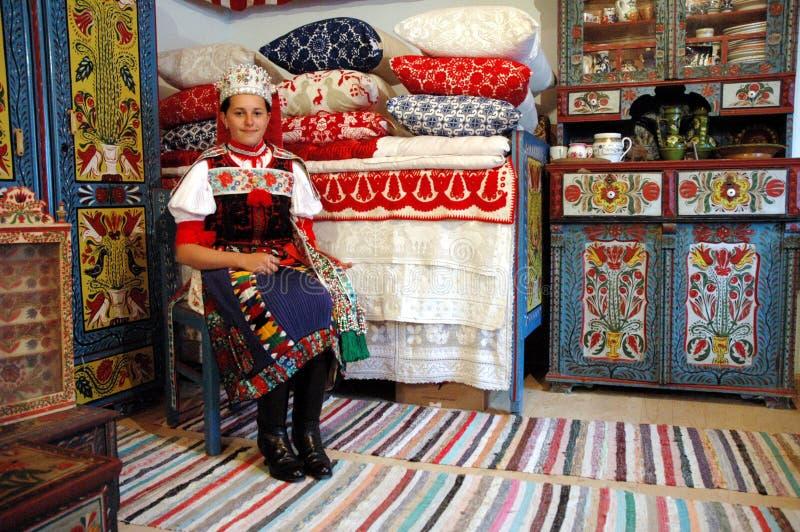 Meisje dat een traditioneel Hongaars kostuum draagt royalty-vrije stock afbeeldingen