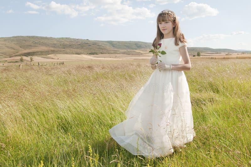 Meisje dat eerste kerkgemeenschapkleding draagt royalty-vrije stock afbeeldingen