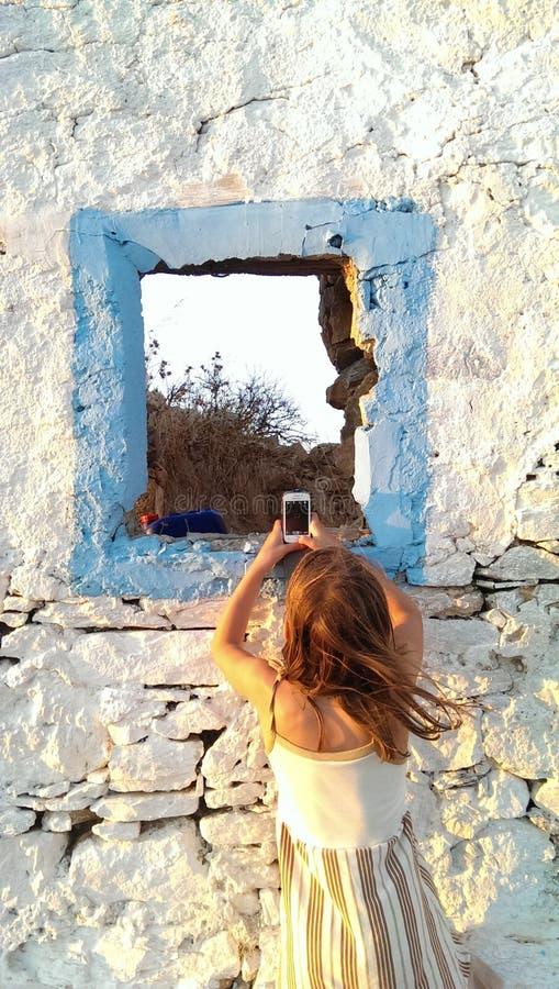 Meisje dat foto met mobiele telefoon neemt royalty-vrije stock afbeeldingen