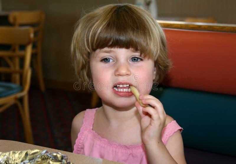 Meisje dat friet eet royalty-vrije stock fotografie