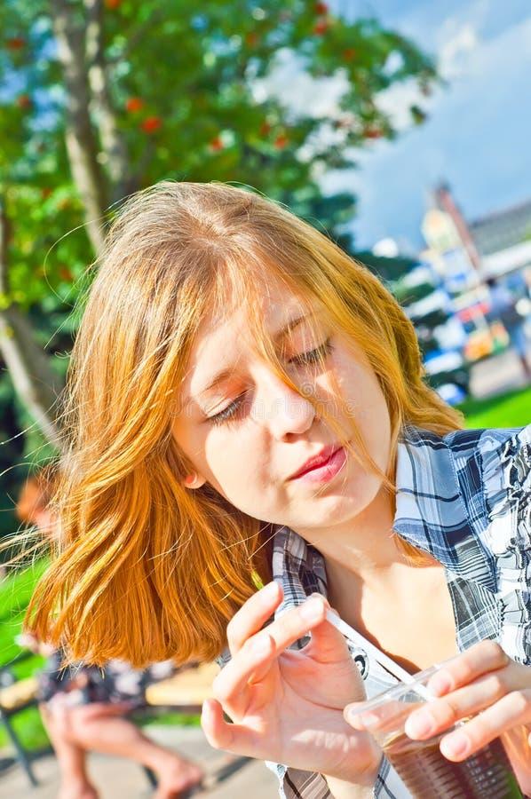 Meisje dat goede koffie drinkt stock afbeelding