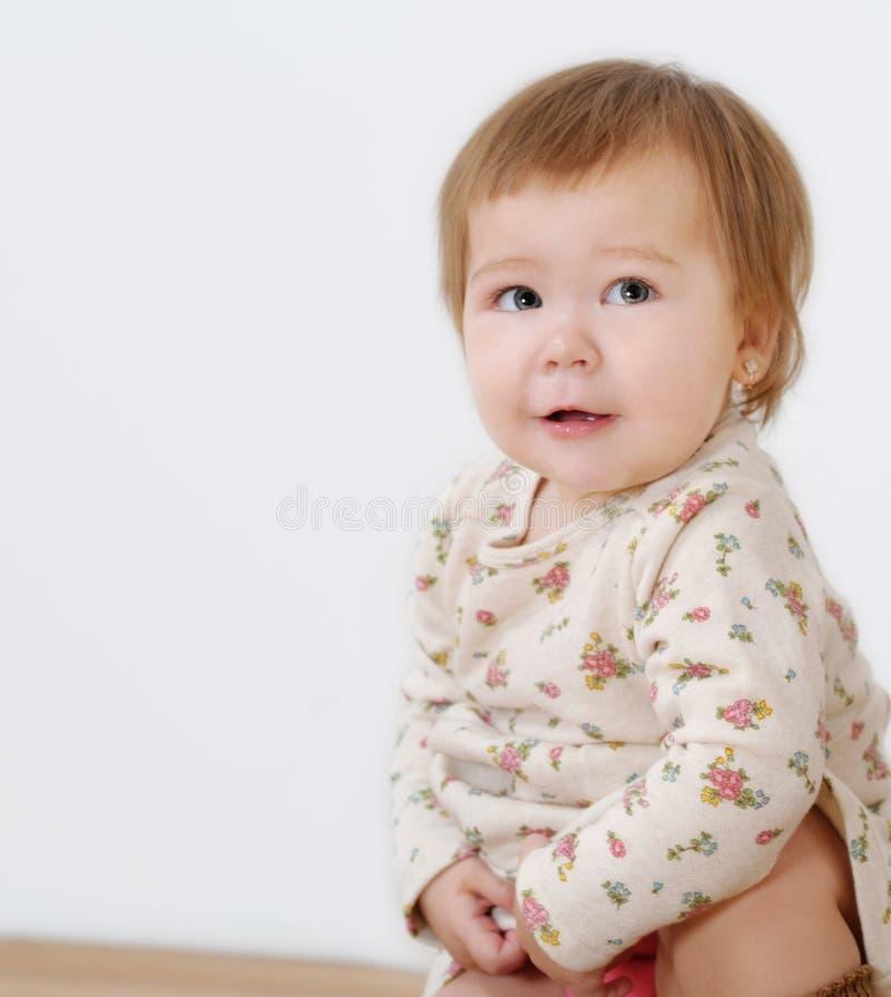 Meisje dat grappig gezicht maakt royalty-vrije stock afbeeldingen