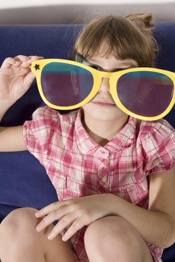 Meisje, dat grappige sunglas draagt stock fotografie