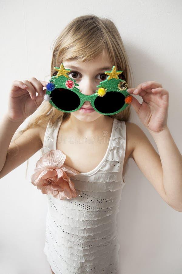 Meisje dat grote ronde glazen draagt stock foto's