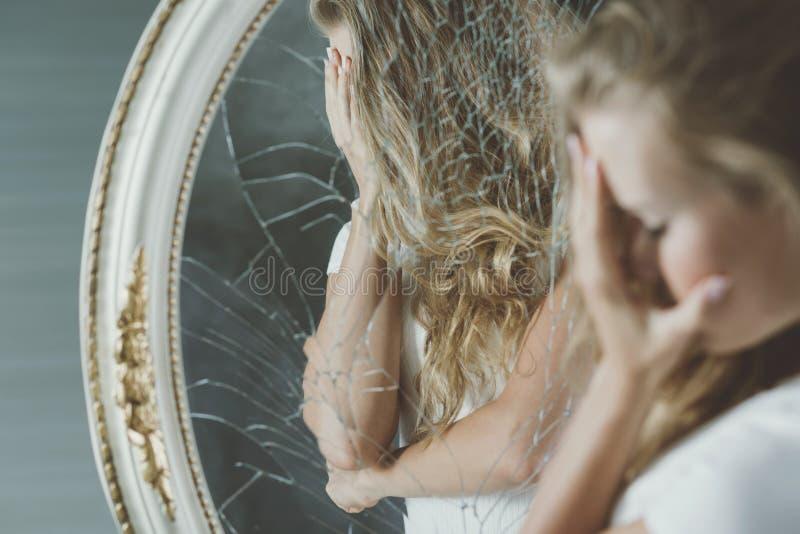 Meisje dat haar gezicht behandelt royalty-vrije stock afbeelding