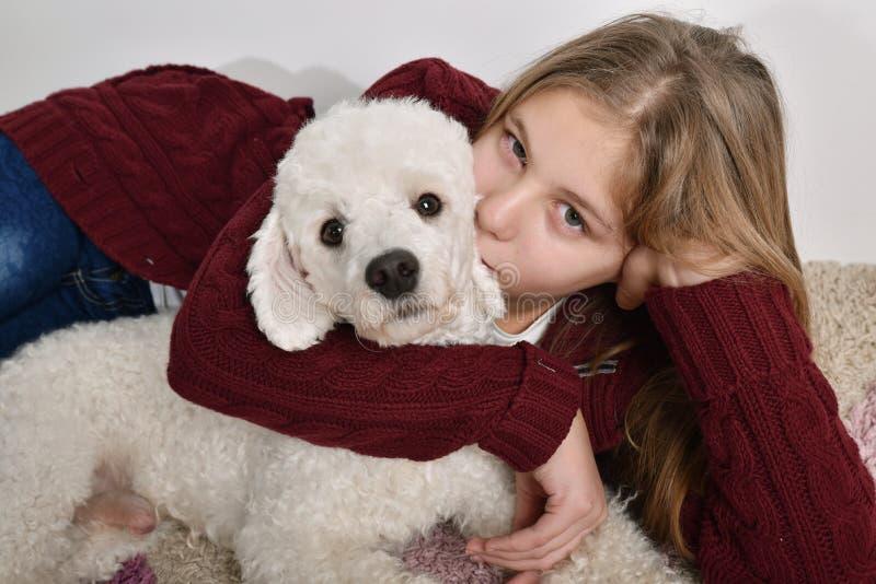 Meisje dat haar hond kust royalty-vrije stock afbeeldingen