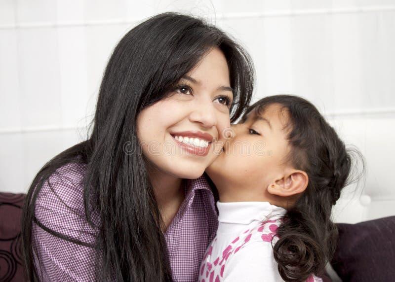 Meisje dat haar mama kust royalty-vrije stock foto's