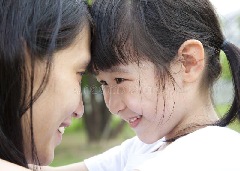 Meisje dat haar moeder kijkt stock afbeelding
