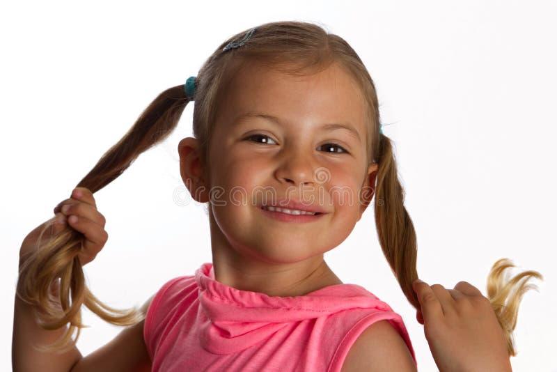 Meisje dat haar poneystaarten houdt stock fotografie