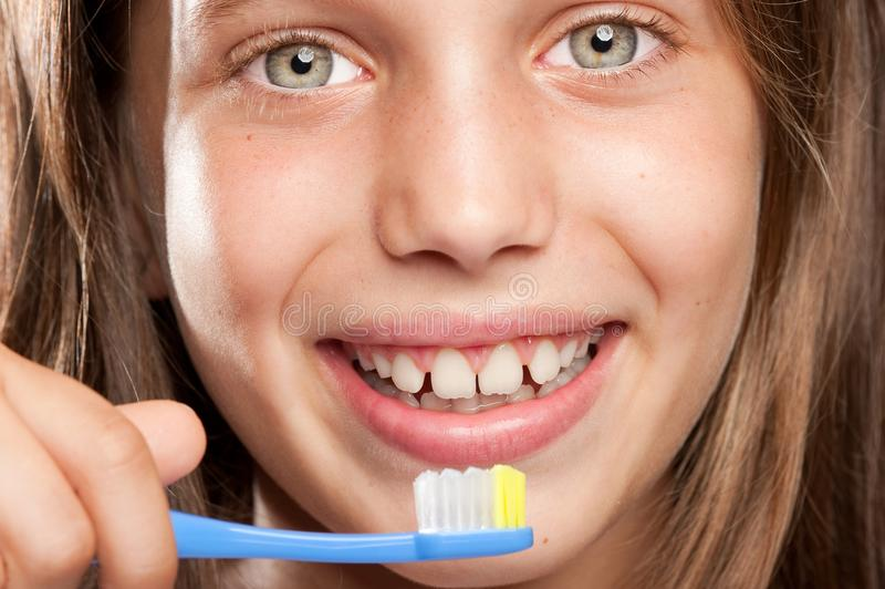 Meisje dat haar tanden borstelt stock fotografie