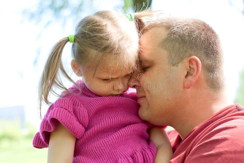 Meisje dat haar vader koestert stock fotografie
