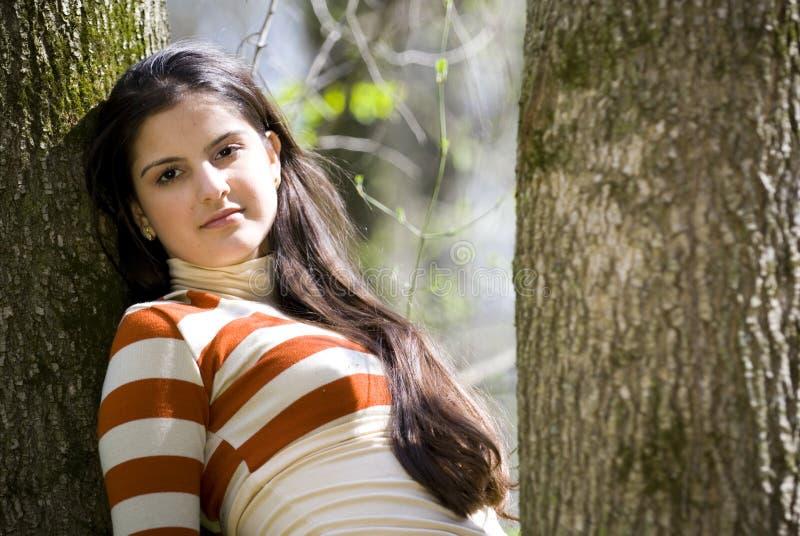 Meisje dat in het bos rust royalty-vrije stock afbeeldingen