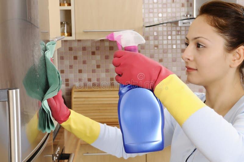Meisje dat het huis schoonmaakt royalty-vrije stock afbeelding