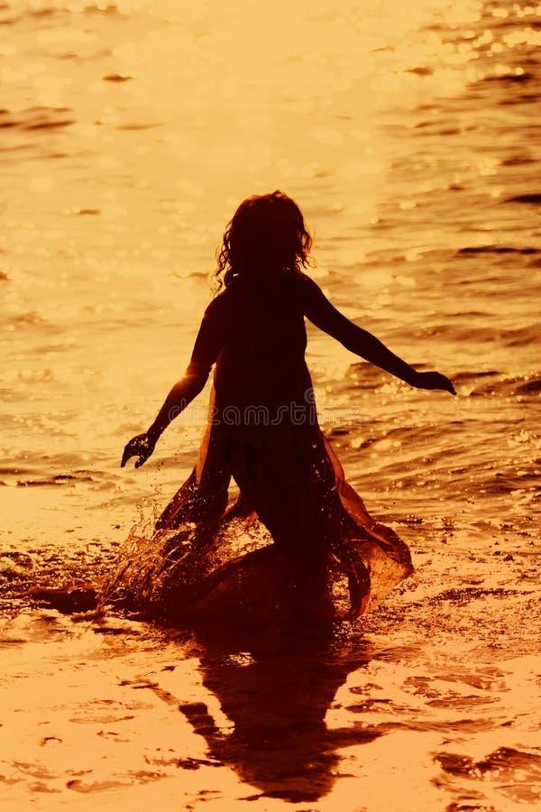 Meisje dat in het water loopt royalty-vrije stock afbeelding
