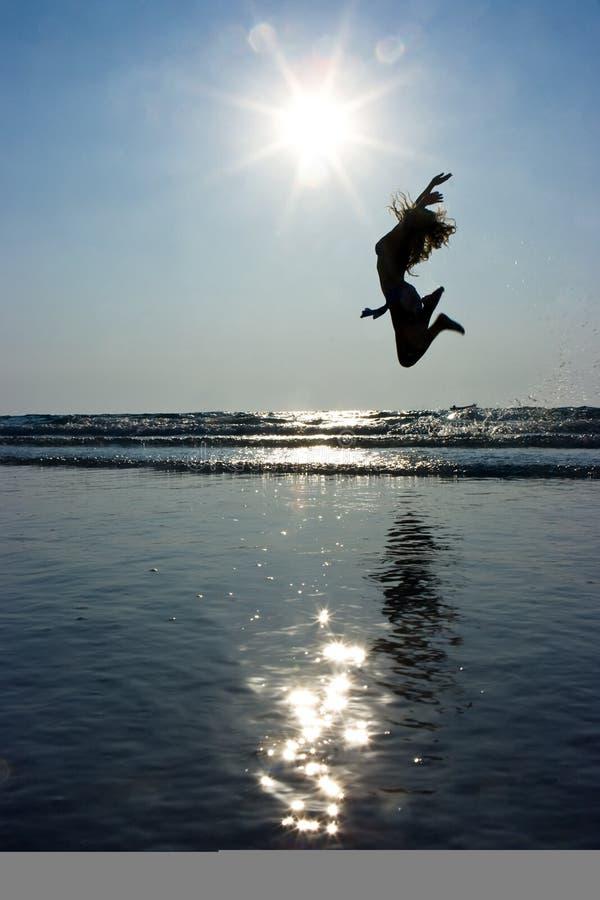 Meisje dat hoog springt stock foto