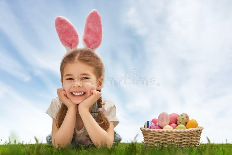 Meisje dat konijntjesoren draagt stock foto