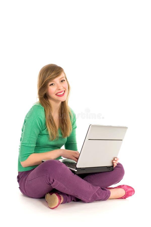 Meisje dat laptop met behulp van royalty-vrije stock afbeeldingen