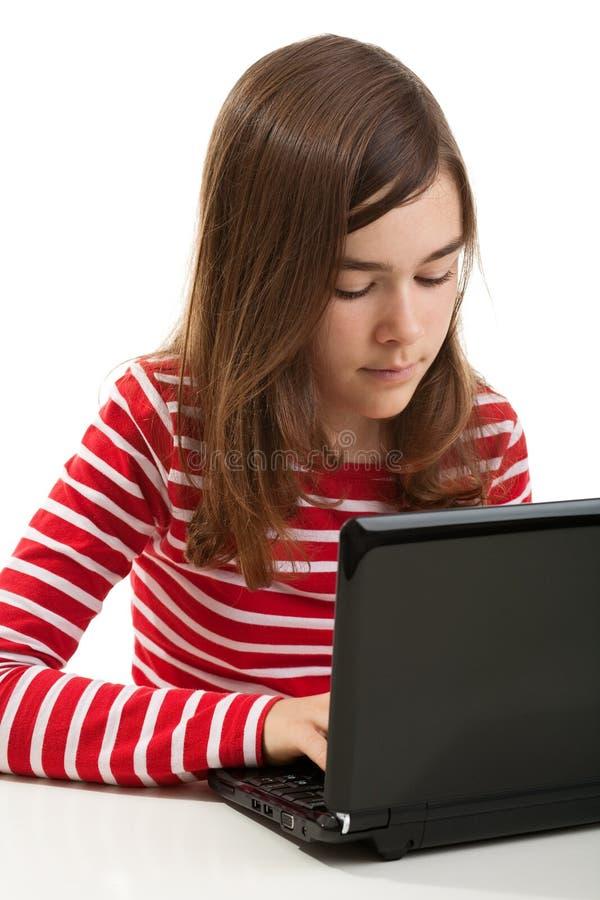 Meisje dat laptop met behulp van royalty-vrije stock fotografie
