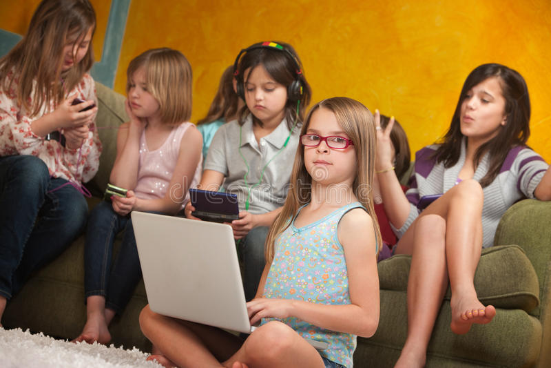 Meisje dat Laptop met behulp van royalty-vrije stock foto's