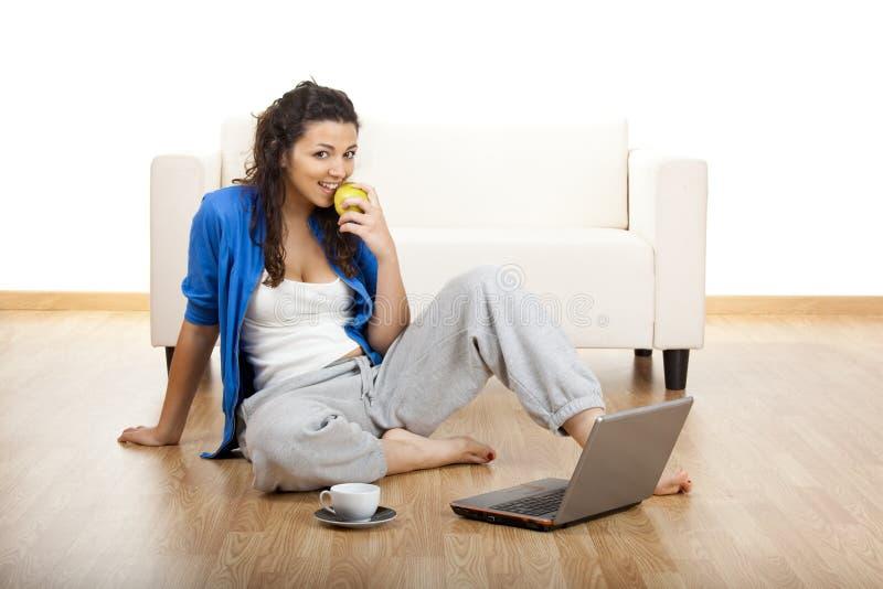 Meisje dat laptop met behulp van stock afbeelding