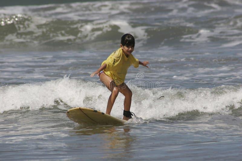 Meisje dat leert te surfen stock foto's