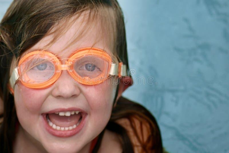 Meisje dat met beschermende brillen zwemt royalty-vrije stock foto