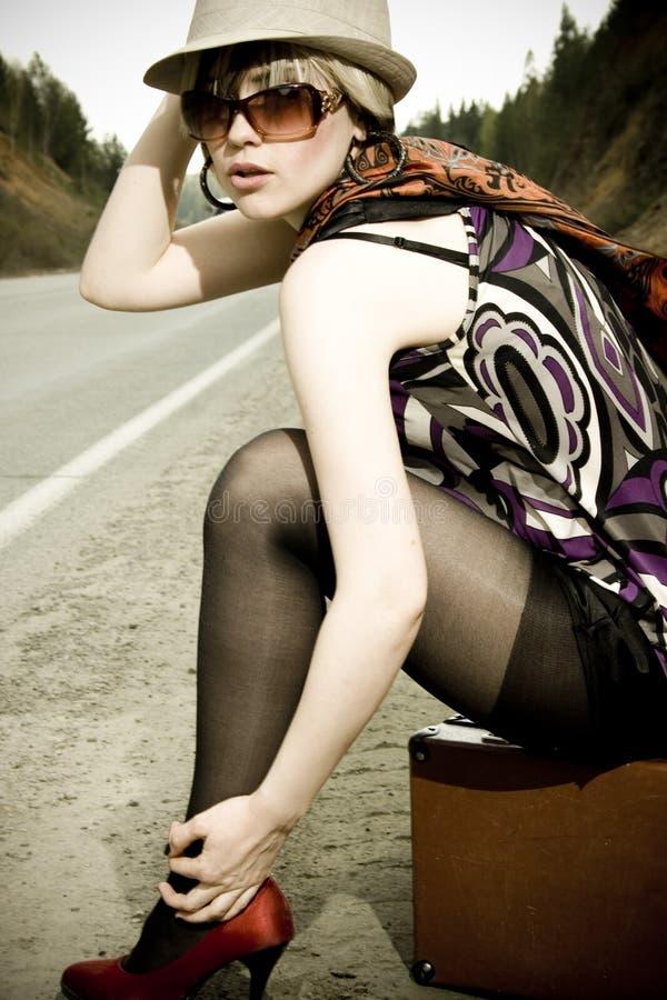 Meisje Dat Met Koffer Lift Royalty-vrije Stock Afbeelding