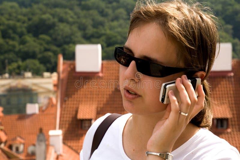 Meisje dat mobiele telefoon met behulp van stock afbeeldingen