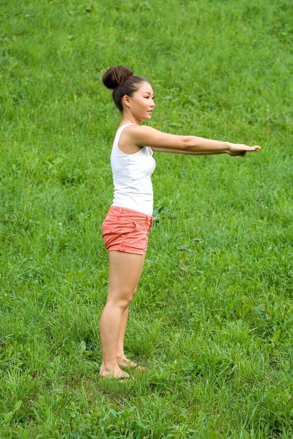 Meisje dat oefeningen doet stock afbeelding