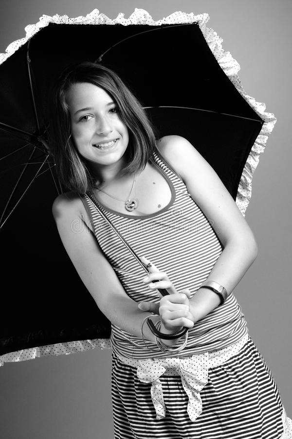 Meisje dat onder paraplu glimlacht royalty-vrije stock foto