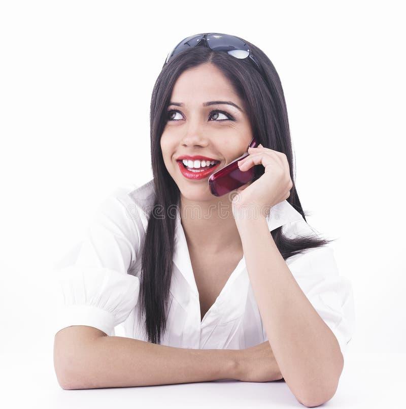 Meisje dat op de celtelefoon spreekt stock foto's