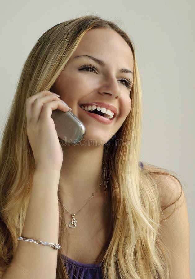 Meisje dat op de telefoon spreekt royalty-vrije stock fotografie