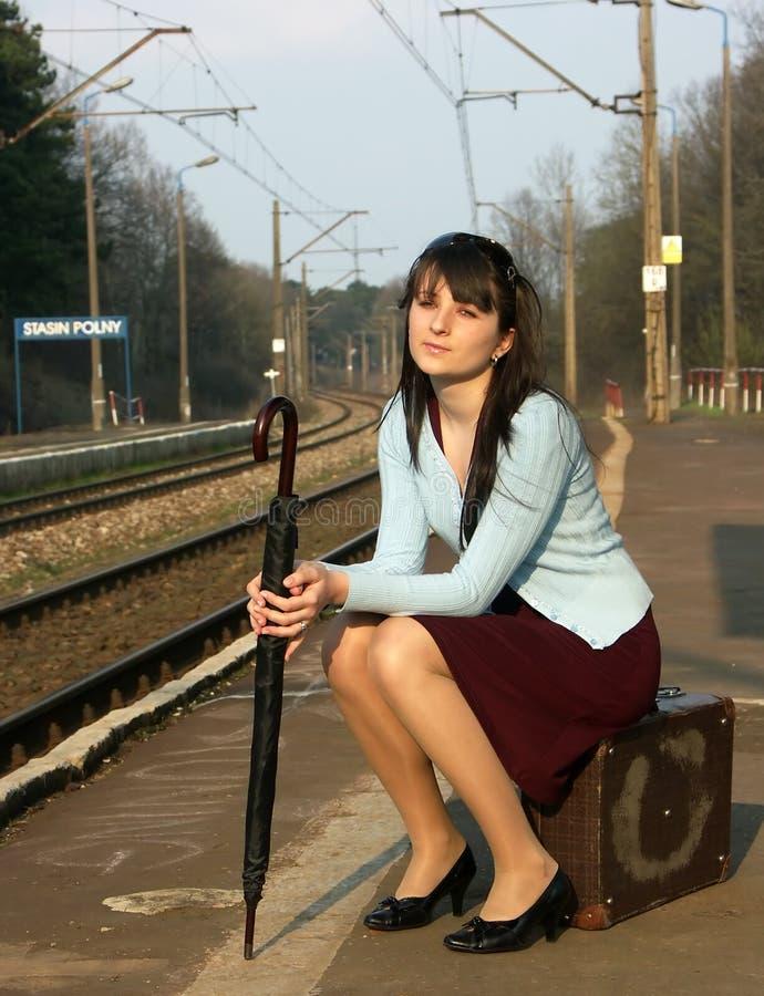 Meisje dat op de trein wacht stock fotografie