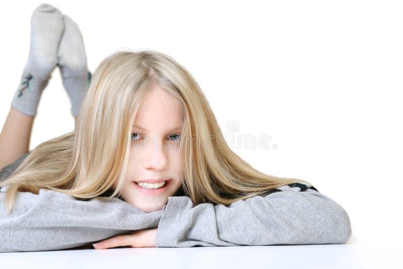 Meisje dat op de Vloer legt stock fotografie