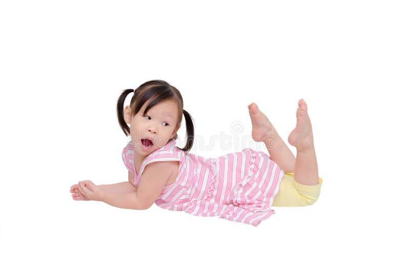 Meisje dat op de vloer ligt stock foto