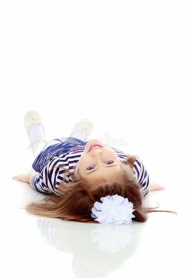 Meisje dat op de vloer ligt royalty-vrije stock afbeelding