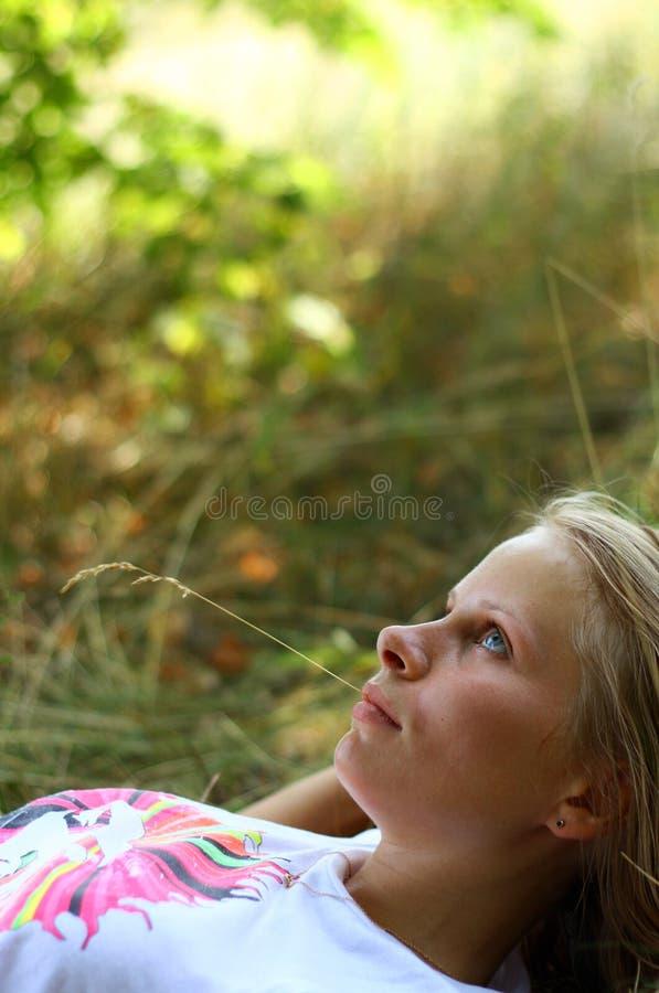 Meisje dat op gras ligt royalty-vrije stock afbeeldingen