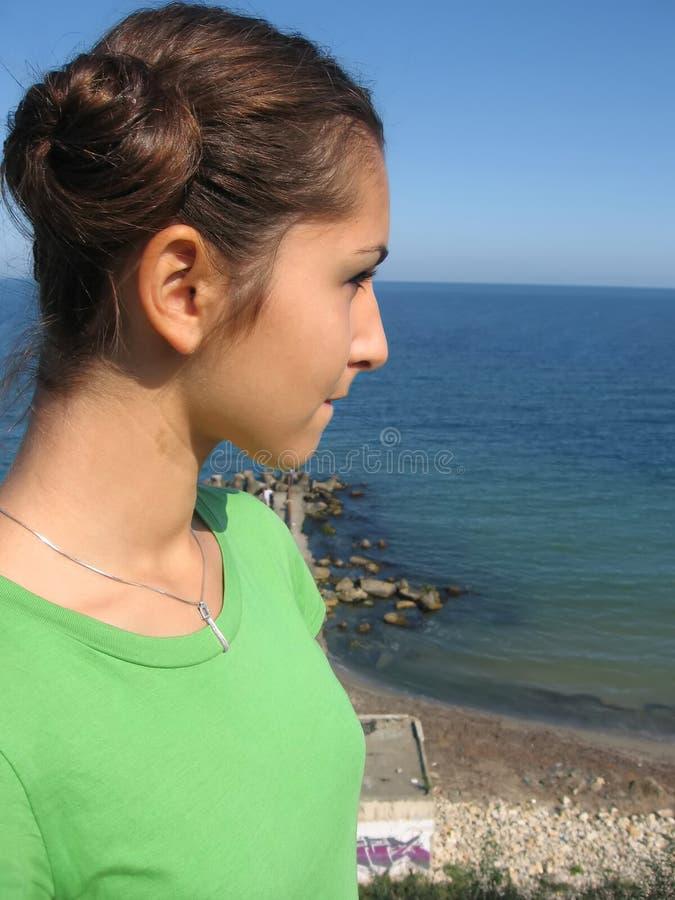 Meisje dat op het overzees let royalty-vrije stock foto